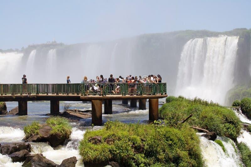 Footbridge и туристы на Игуазу Фаллс, от стороны Бразилии стоковая фотография