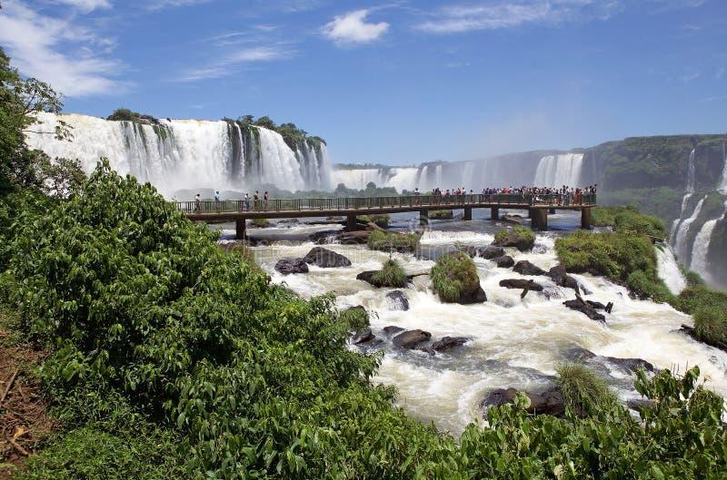 Footbridge и туристы на Игуазу Фаллс, от стороны Бразилии стоковые фото