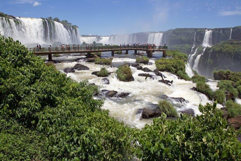 Footbridge и туристы на Игуазу Фаллс, от стороны Бразилии стоковая фотография rf