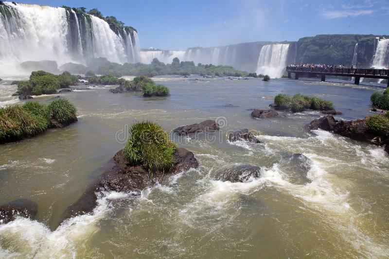 Footbridge и туристы на Игуазу Фаллс, от стороны Бразилии стоковое изображение rf