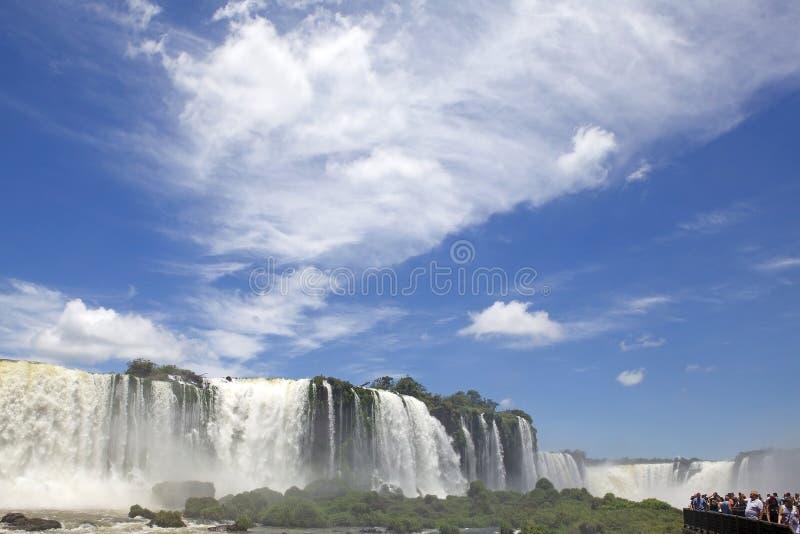 Footbridge и туристы на Игуазу Фаллс, от стороны Бразилии стоковое фото rf
