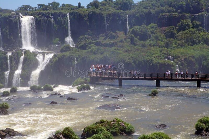 Footbridge и туристы на Игуазу Фаллс, от стороны Бразилии стоковые изображения rf