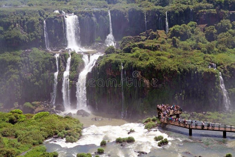 Footbridge и туристы на Игуазу Фаллс, от стороны Бразилии стоковые изображения