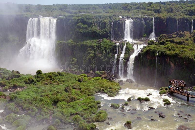 Footbridge и туристы на Игуазу Фаллс, от стороны Бразилии стоковое фото