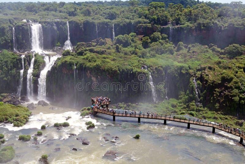 Footbridge и туристы на Игуазу Фаллс, от стороны Бразилии стоковые фотографии rf