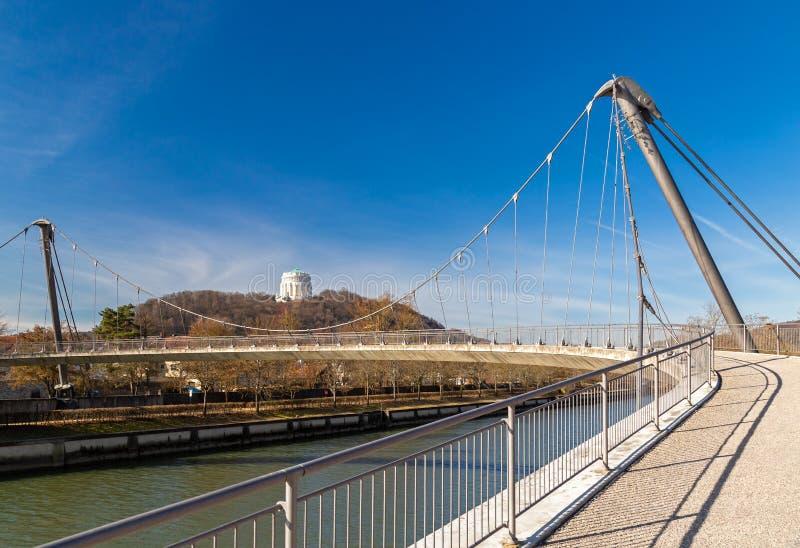Footbridge над рекой Altmuehl в Kelheim стоковая фотография rf