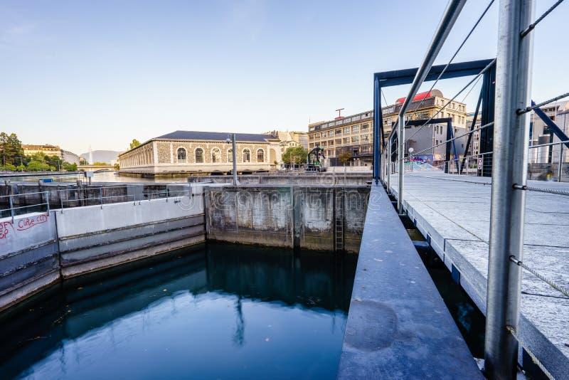Footbridge на запруде Seujet, Женеве, Швейцарии стоковые фотографии rf