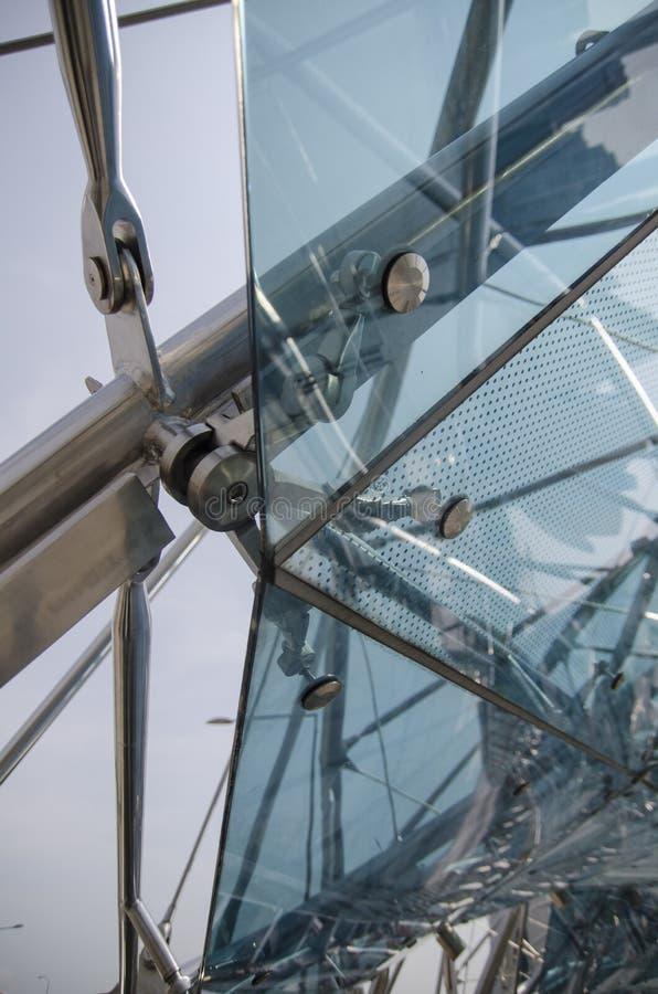 Footbridge стеклянного потолка с структурами металла стоковое изображение