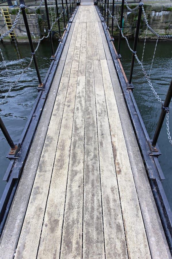 Download Footbridge стоковое изображение. изображение насчитывающей зодчества - 37930159