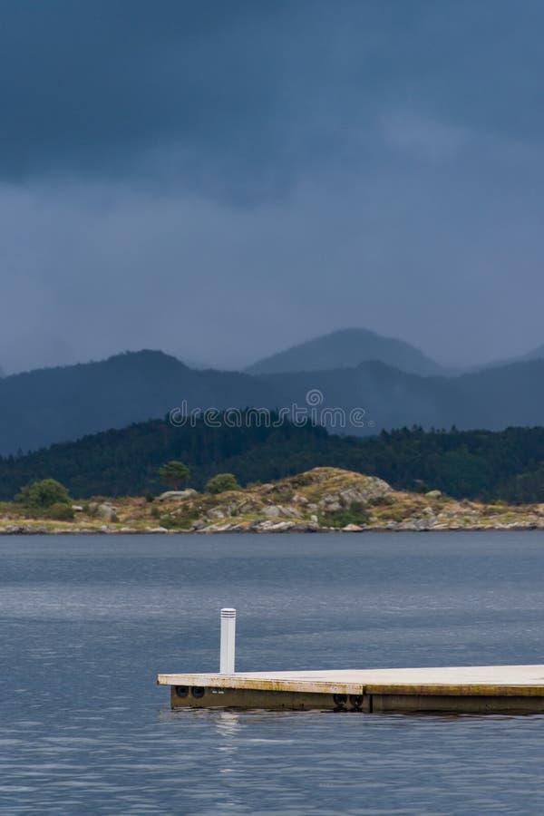Footbridge gangplank w Norwegia złej pogody morzu fotografia stock