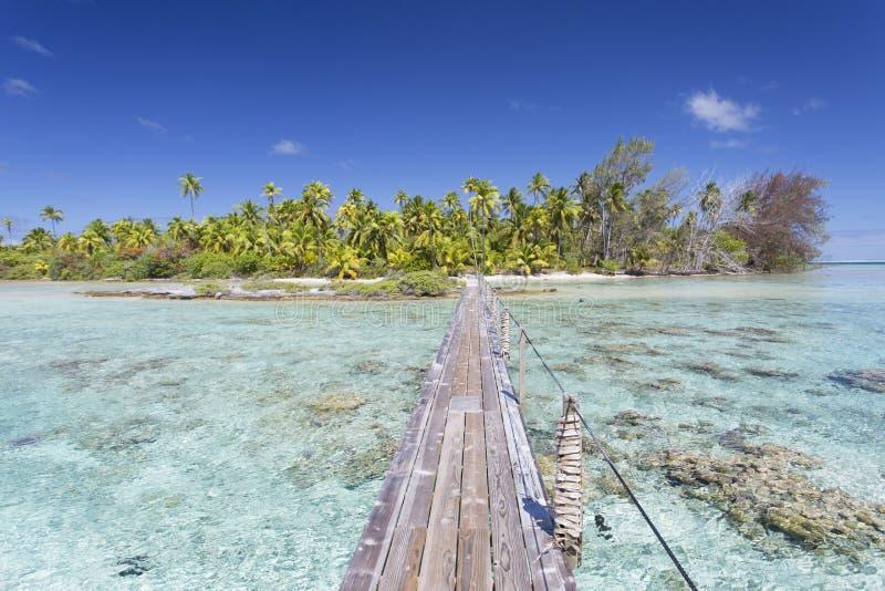 Footbridge przez lagunę, Tetamanu, Fakarava, Tuamotu wyspy, Francuski Polynesia zdjęcie stock