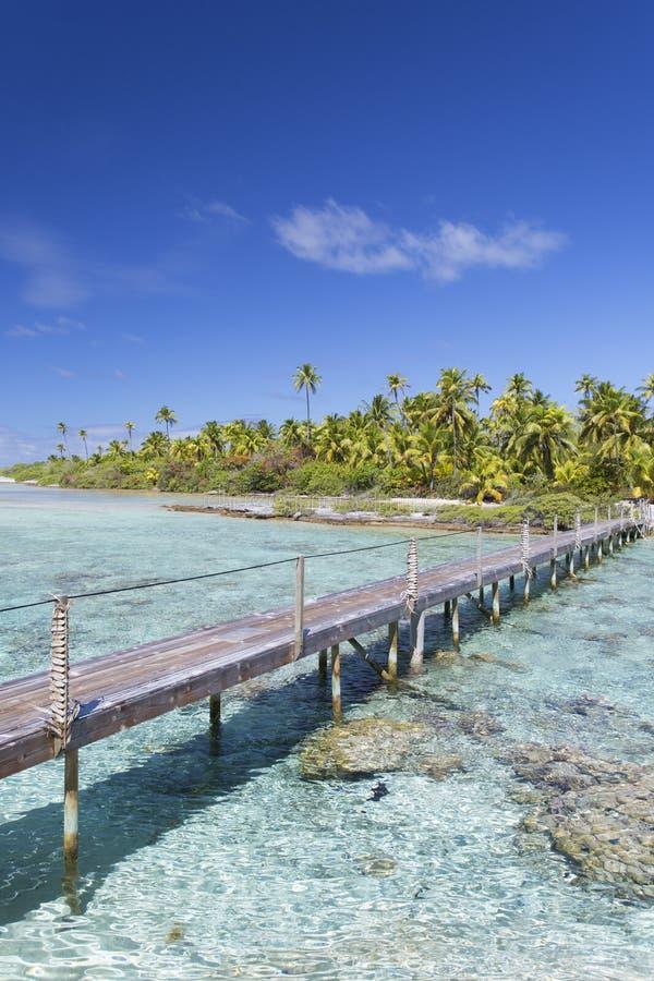 Footbridge przez lagunę, Tetamanu, Fakarava, Tuamotu wyspy, Francuski Polynesia zdjęcia royalty free