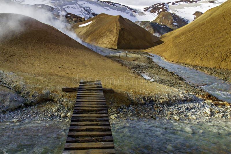Footbridge przez strumienia w Kerlingarfjoll zdjęcia stock