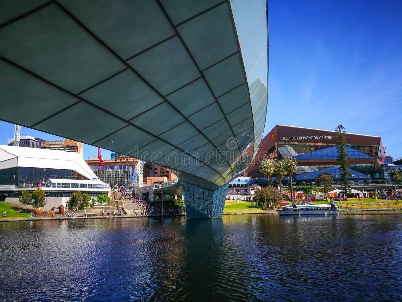 Footbridge Torrens реки и выставочный центр Аделаиды, большой выставочный центр на северной террасе с видом на озеро Torrens стоковая фотография rf