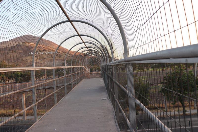 footbridge z ogrodzeniem ochronnym fotografia stock