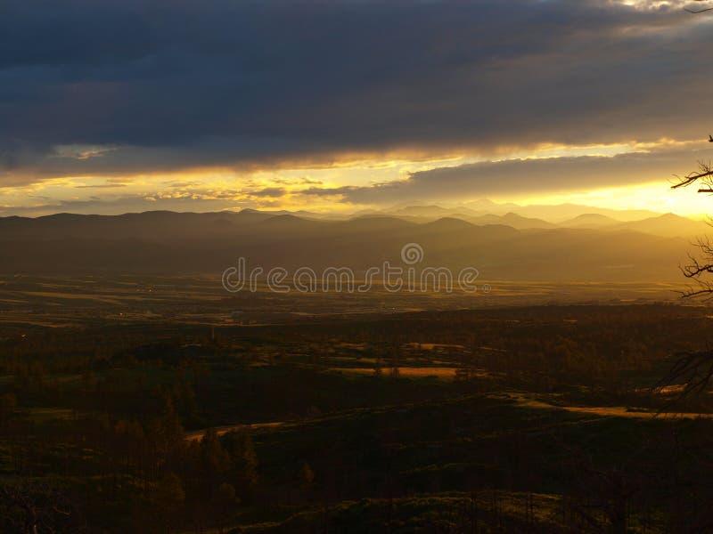 foothills över solnedgång arkivbild