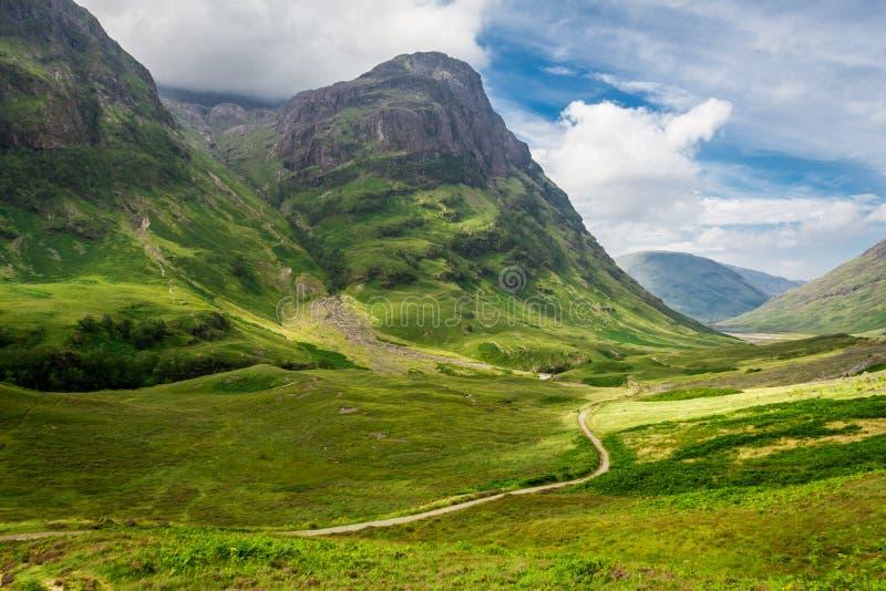 Footpath в солнечных гористых местностях Шотландии стоковые фотографии rf