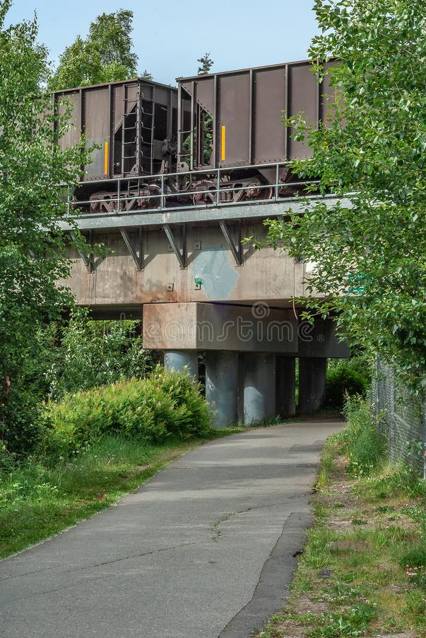 Footpath pod Przemysłowym Przyglądającym pociągu mostem zdjęcie royalty free