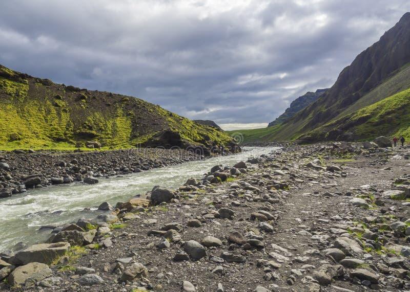 Footpath przy Laugara rzeczną doliną Seljavallalaug porzucał theramal basenu w Południowym Iceland, zieleni hillos i zdjęcia royalty free