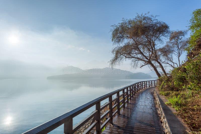 Footpath słońca Księżyc jezioro przy świtem, Tajwan fotografia royalty free