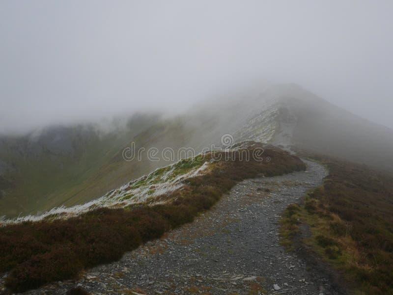 Footpath szczyt w mgle zdjęcie stock