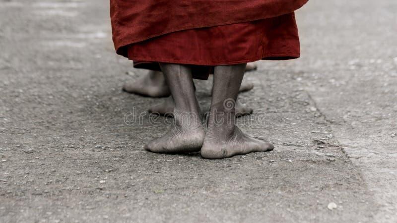 Foots аскетического буддийского монаха идя на путь к Kyaikhtiyo стоковые изображения rf