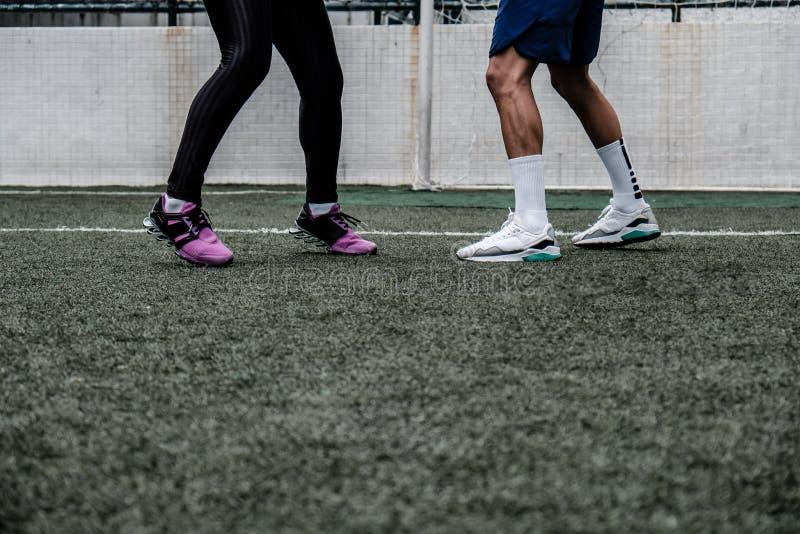 Footwork trenuje Muay Tajlandzkiego z samiec trenerem dorosła kobieta obraz royalty free