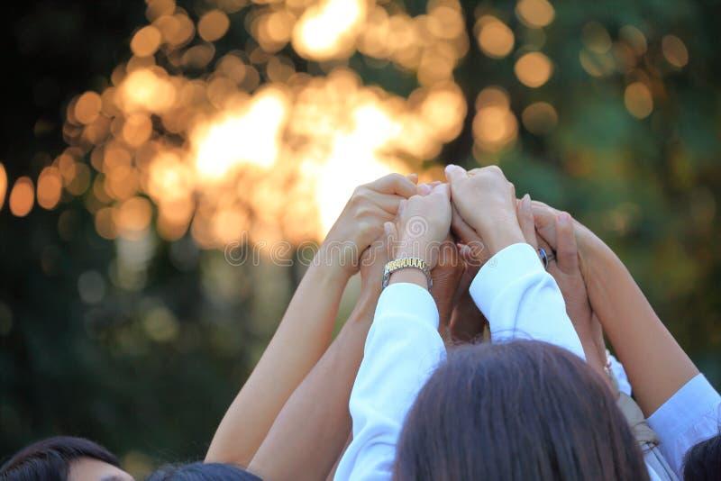 Força de junta do grupo de pessoas à mão para o espírito de equipe e o relacionamento de construção com espaço da cópia foto de stock royalty free