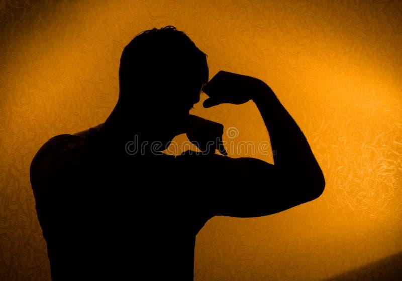 Força e saúde. Silhueta do homem foto de stock
