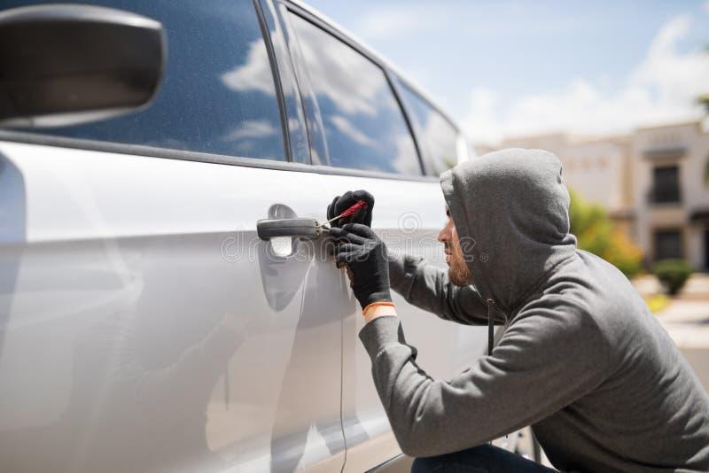 Forçando a entrada e o roubo de um carro fotos de stock