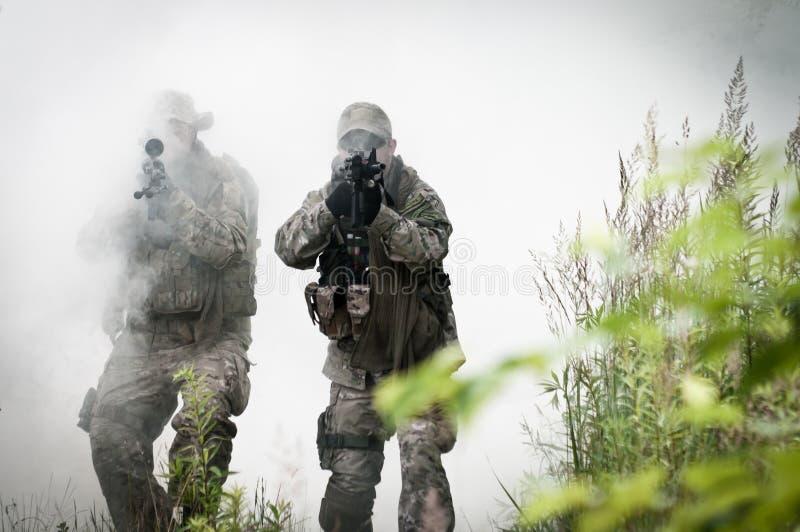 Forças especiais no campo de batalha fotografia de stock royalty free
