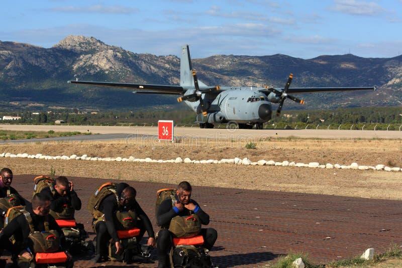 Forças especiais que esperam o avião de transporte foto de stock