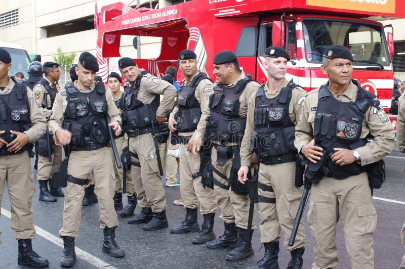 Forças militares brasileiras durante o relé de tocha olímpico fotografia de stock