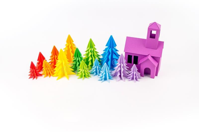 Forêt d'arc-en-ciel d'arbres de Noël en valeur une maison pourpre photos libres de droits