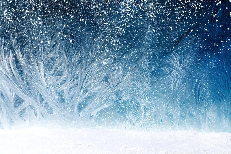Forêt de conte de fées sur le gel de fenêtre image stock