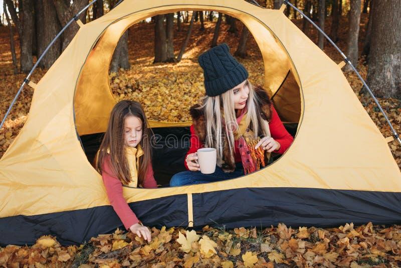 Forêt de fille de mère de tourisme de famille d'automne photographie stock libre de droits