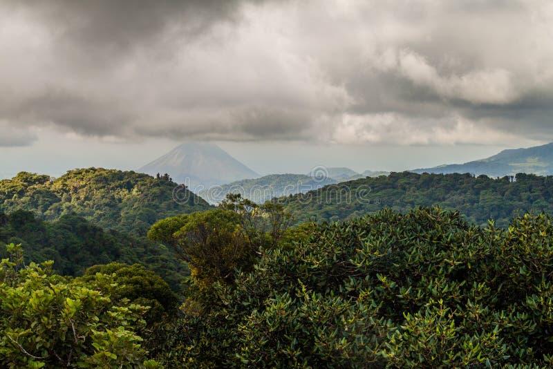 Forêt de nuage couvrant Reserva Biologica Bosque Nuboso Monteverde, Costa Rica Volcan d'Arenal dans le backgroun image libre de droits