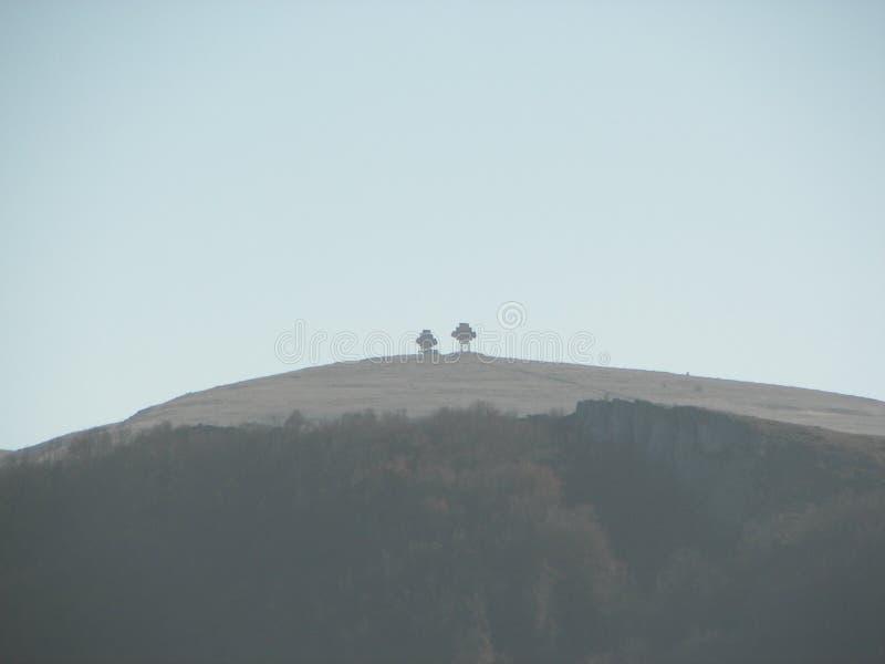 Forêt de ressort pendant le matin dans les montagnes criméennes photo libre de droits