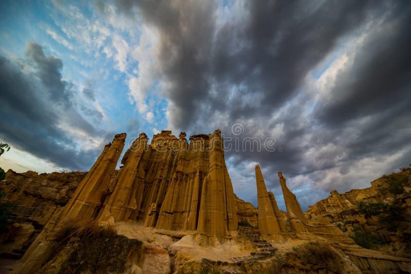 Forêt de sol de Yuanmou avec complètement de cumulonimbus photos libres de droits