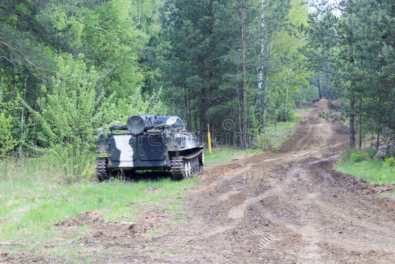 Forêt en valeur le véhicule de combat d'infanterie part de route d'équipement militaire ayez la tonalit? photo stock