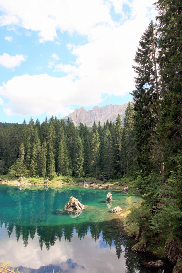 Forêt et ciel réfléchis sur le lac photo libre de droits