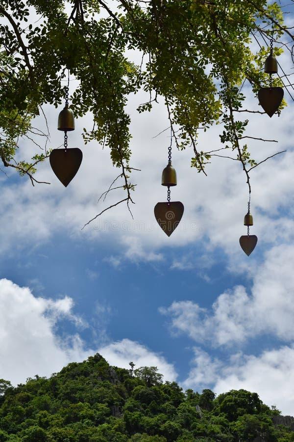 Forêt et montagne de ciel de fond naturel avec la cloche en laiton - temple bouddhiste photo stock