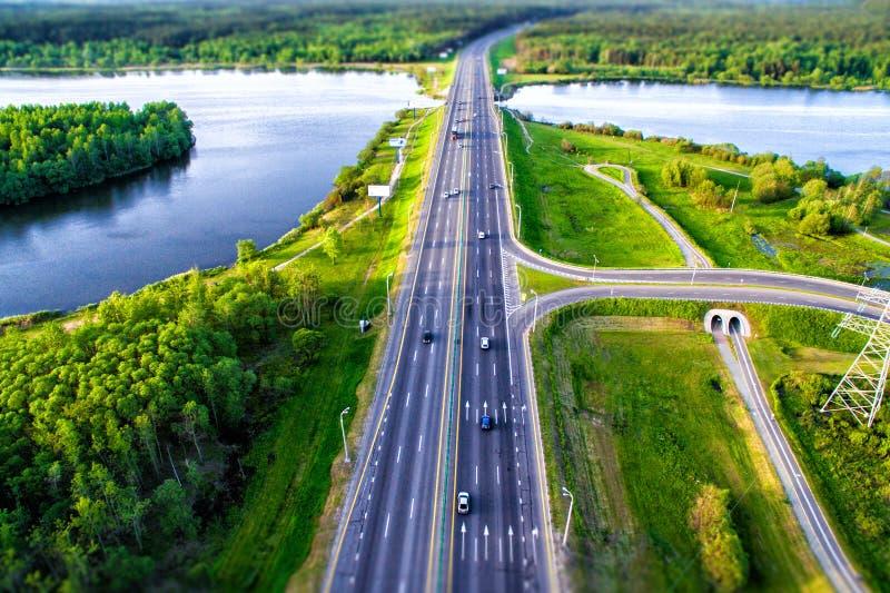 Forêt et route goudronnée vertes d'en haut photo libre de droits