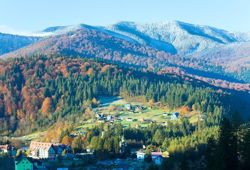 Forêt et village de montagne d'automne de matin images libres de droits