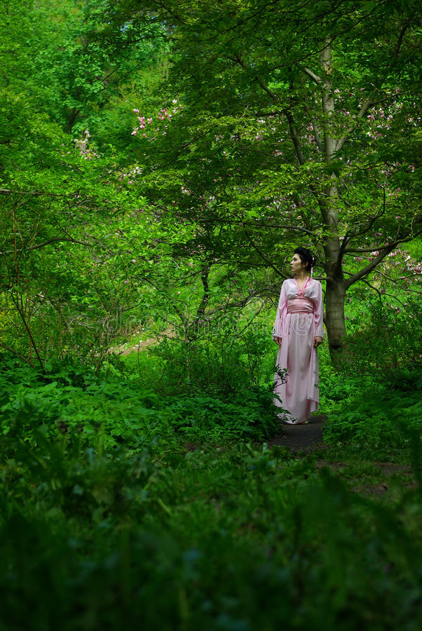 Forêt japonaise de jeune femme au printemps photographie stock