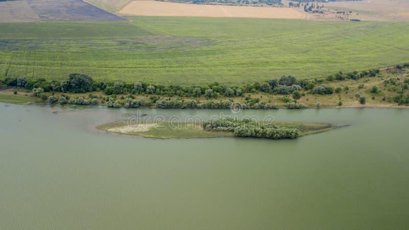 Forêt russe, rivière, routes sous le ciel bleu par le bourdon aérien photos libres de droits
