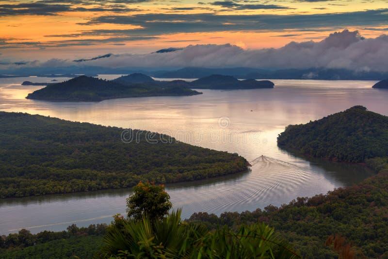 Forêt tropicale de palétuvier, estuaire de Ranong, Ra de Khao Fachi de point de vue photo stock