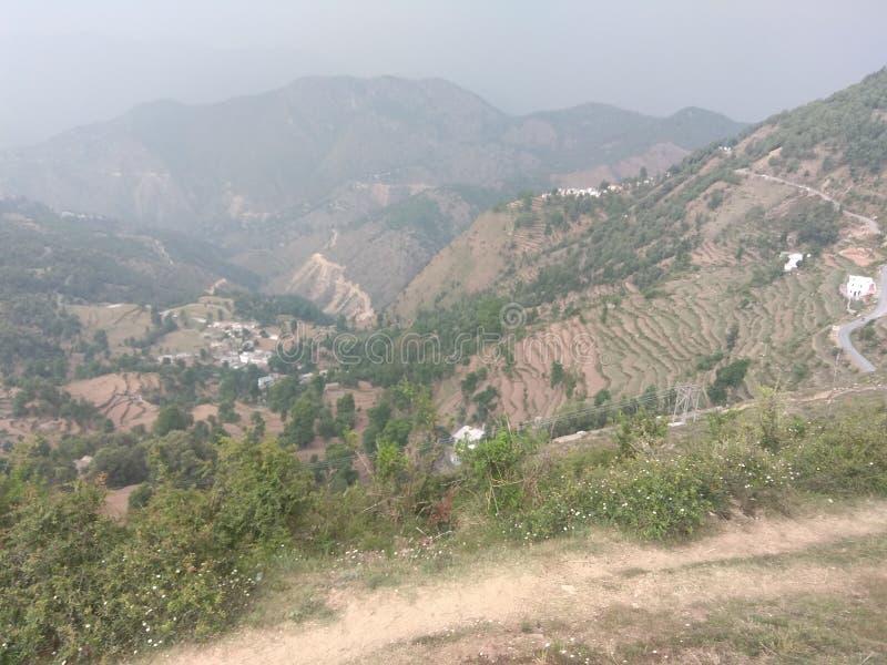 Forêt verte avec des montagnes et de petits villages et peuples de village photo libre de droits