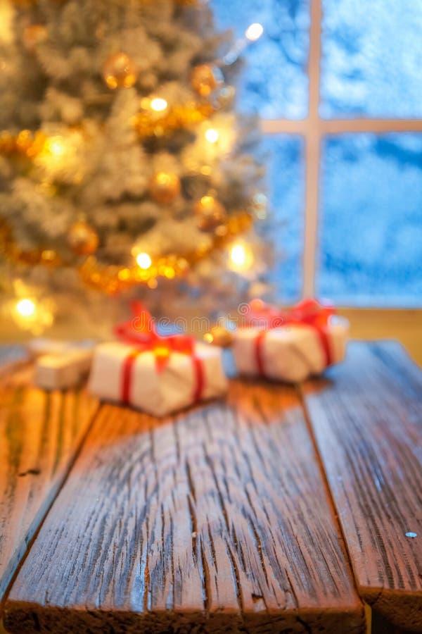 Fora da árvore de Natal do foco para a montagem seus produtos foto de stock