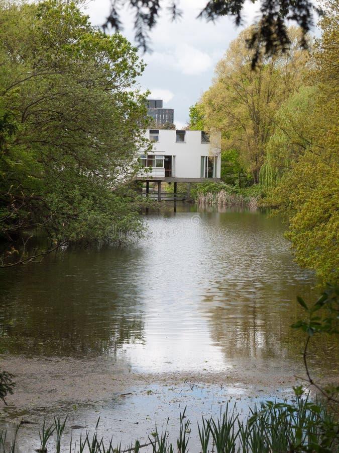 Fora da casa do campo sobre o edifício branco do lago, especial para pessoas fotos de stock royalty free